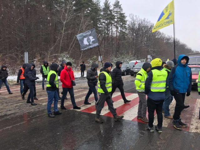 На Вінниччині протестувальники ходять пішохідним переходом, через що рух трасою М-21 заблоковано. ФОТО