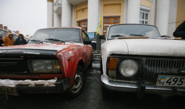 """Старі авто та пожежна на польських номерах: під ОДА мітингують """"євробляхери"""". ФОТО"""