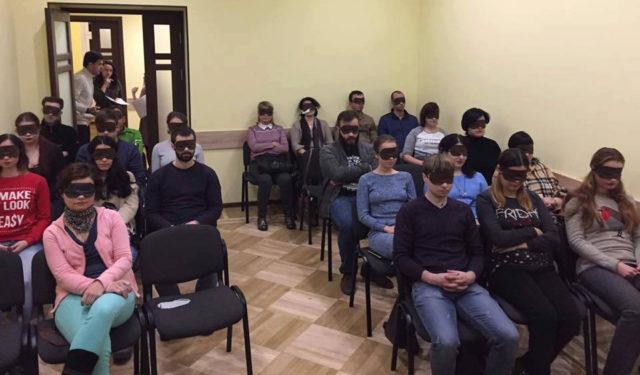 """""""Водолаз"""" із зав'язаними очима: у Вінниці відбулась незвичайна вистава """"на слух"""". ФОТО"""