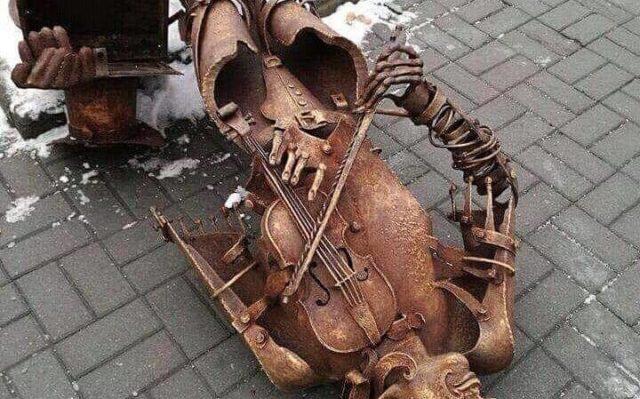 Стало відомо, хто і навіщо повалив скульптуру скрипаля біля Вежі. ФОТО
