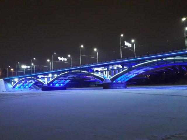 На Київському мосту встановили блакитну підсвітку. ФОТО
