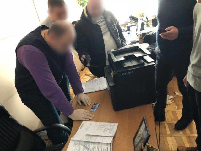 У Вінниці затримали посадовця, який вимагав хабар у вигляді талонів мереж АЗС