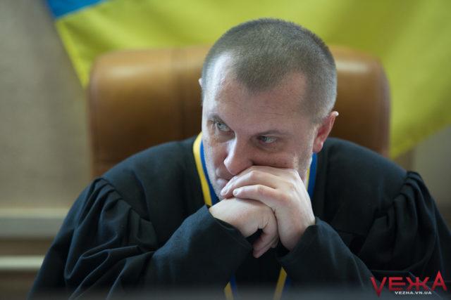 Суд над педагогами, які побили іноземця у Вінниці, перенесли вчетверте поспіль