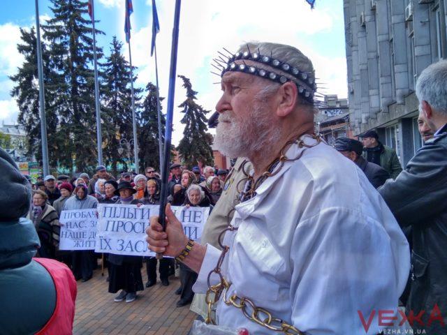 """Учасник вінницького """"віче"""" намагався сплюндрувати меморіал Небесній Сотні. ВІДЕО"""