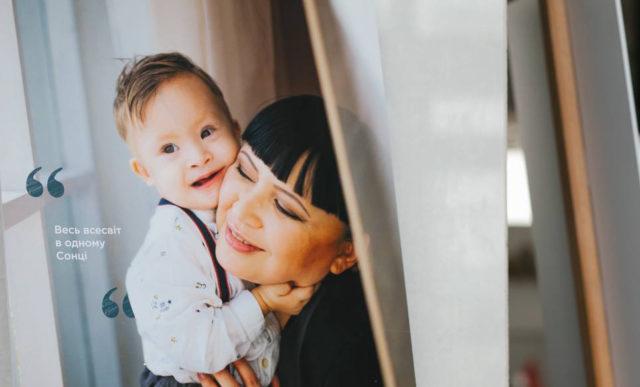 """У Вінниці відкрили фотовиставку про """"сонячних"""" дітей та їхніх мам. ФОТОРЕПОРТАЖ"""