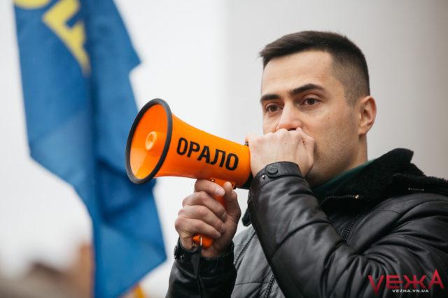 """Помаранчеве """"орало"""", старі-нові мітингарі та провал голосування за """"імпічмент"""": як у Вінниці пікетували сесію облради. ФОТО"""