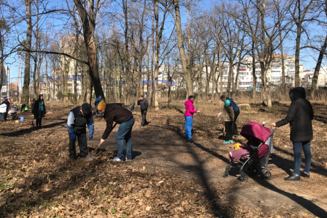 У Вінниці засадили парк Ющенка новими деревами та прибирали на Вишенському озері. ФОТО