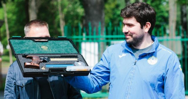 Іменна зброя та мікроавтобуси: у Вінниці вручили подарунки Олексію Денисюку та трьом спортивним школам. ФОТОРЕПОРТАЖ