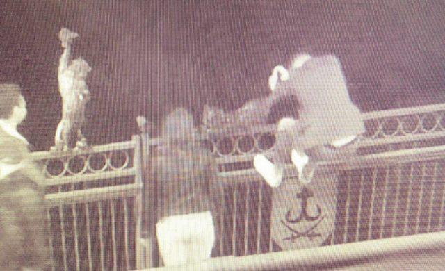 Бронзовий кіт не дає спокою: скульптуру на Київському мосту знову намагалися пошкодити. ФОТО