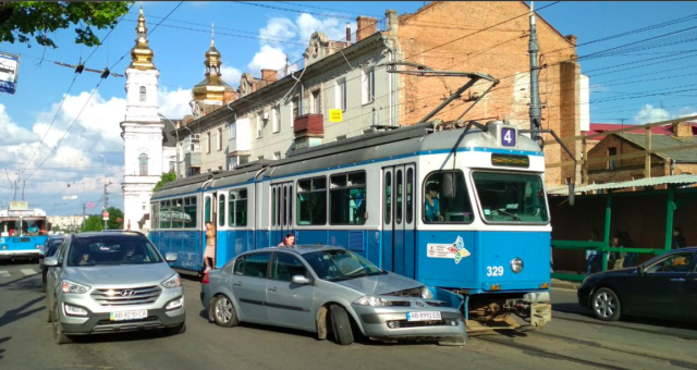 На Соборній зупинилися трамваї через ДТП. ФОТО