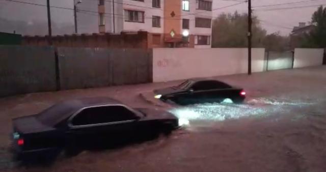 Пурпурове небо і машини, як кораблі: Вінницю затопила аномальна злива. ФОТО, ВІДЕО