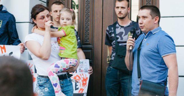 «Це могла бути моя дитина»: вінничани на акції протесту вимагали відставки Авакова. ФОТОРЕПОРТАЖ