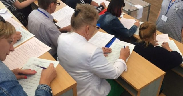 Заповнення протоколів та агітація на дорогах: на Вінниччині повідомляють про порушення виборчого процесу. ФОТО