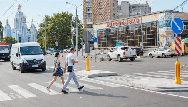 На Київській та Юності встановили острівці безпеки. ФОТО
