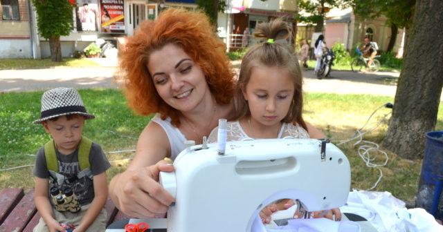 """""""F*ck plastic"""": у центрі Вінниці дівчина вчила шити еко-торби. ФОТО"""