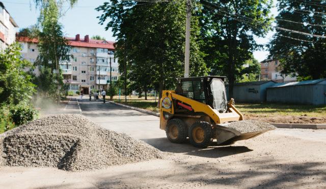 Розширюють проїзди та знижують бордюри: як у Вінниці ремонтують двори. ФОТОРЕПОРТАЖ