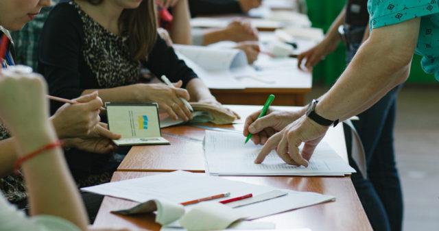 У селі на Вінниччині видають бюлетені громадянам, які відсутні в списку виборців
