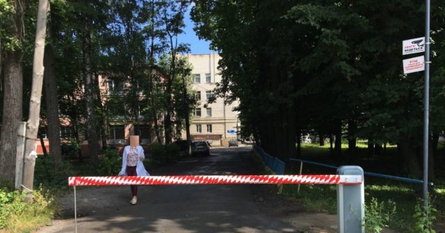 У Вінниці головного лікаря змусили демонтувати незаконно встановлений шлагбаум біля лікарні. ФОТО