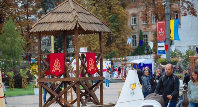 У Вінниці вандали зруйнували дерев'яну вежу, яку історики хотіли встановити на Замковій горі. ФОТО