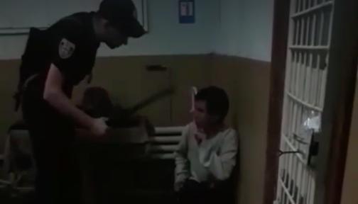 На Вінниччині відсторонили поліцейських, які під запис знущалися з людини у відділку. ВІДЕО