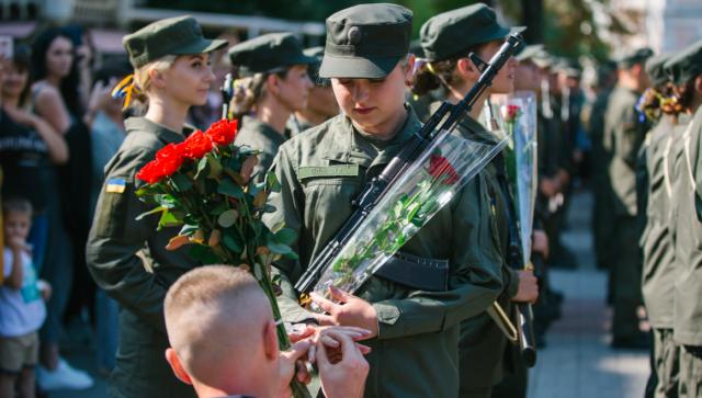 У Вінниці під час присяги військових чоловік освідчився нацгвардійці. ФОТОРЕПОРТАЖ