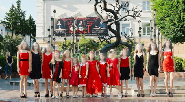 У Вінниці на постаменті меморіалу героям Небесній Сотні влаштували дитячий показ мод. ФОТО, ВІДЕО