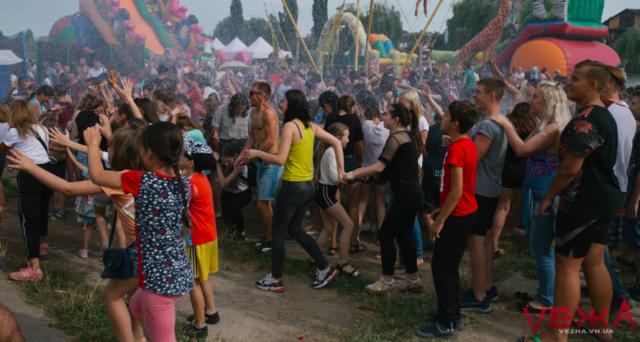 У Вінниці пожежні з брандспойту обливали людей біля Вишенського озера. ФОТО, ВІДЕО