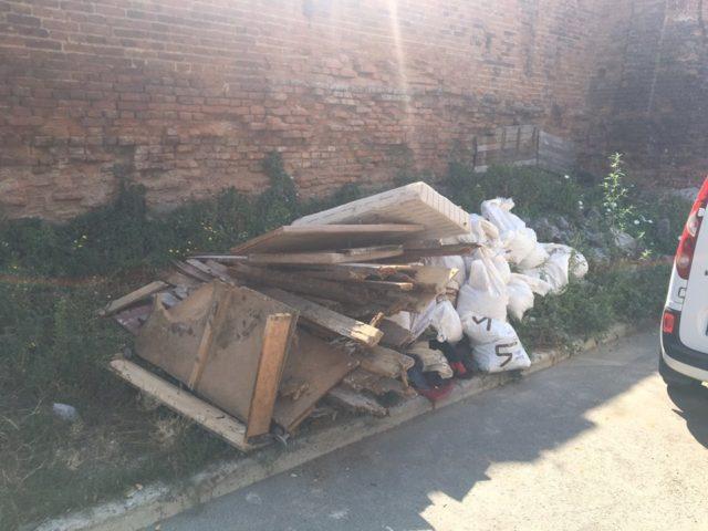 Вінничанка викинула будівельне сміття біля пам'ятки архітектури. ФОТО