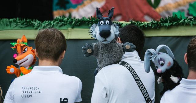 """""""Ми збудуємо майбутнє своєю рукою"""": у Вінниці просто неба показали інклюзивну виставу «Казка про зайчика». ФОТО"""