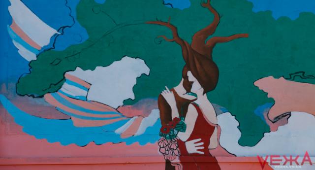 """У Вінниці почали малювати перший цьогорічний мурал """"Родинні цінності"""". ФОТО"""