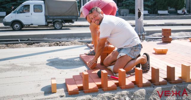 """""""Ще би місяців зо два"""": робітники розповіли, як триває реконструкція Замостянської. ФОТОРЕПОРТАЖ"""