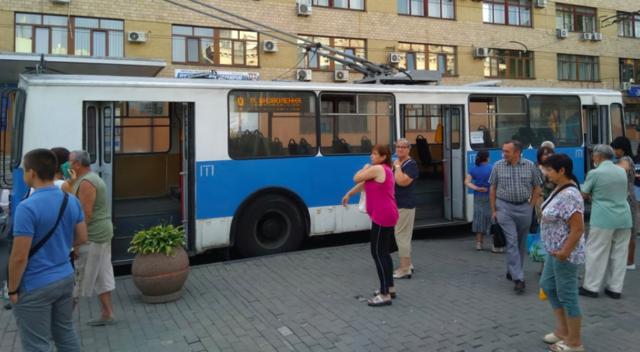 У частині Вінниці припинився рух тролейбусів: аварійне відключення електрики. ФОТО
