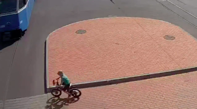 """У Вінниці дитину на велосипеді збив трамвай, а інше маля потрапило під колеса на """"зебрі"""". ВІДЕО"""