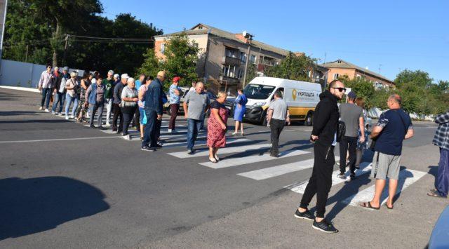 Новий протест проти викидів: у Тростянці мешканці перекривали дорогу. ФОТО