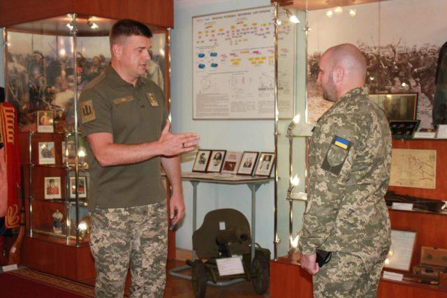 Головний розвідник країни нагородив снайпера з Вінниччини. ФОТО