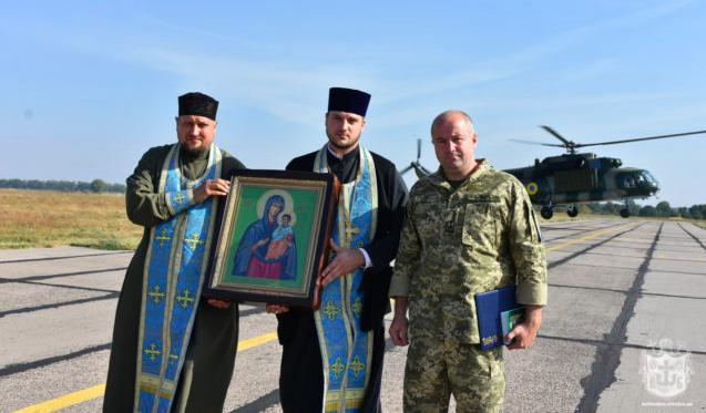 """""""За мир і спокій"""": ікона Божої Матері облетіла Вінницю на гвинтокрилі. ФОТО"""