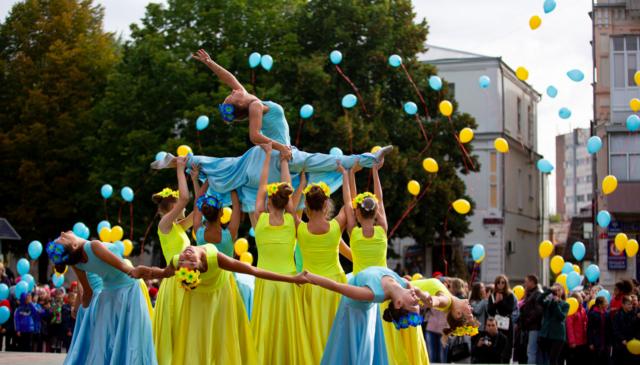 У Вінниці відзначають День Миру танцями і запуском в небо синьо-жовтих кульок. ФОТОРЕПОРТАЖ