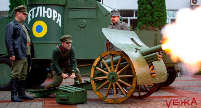 """Постріли з гармати і """"Петлюра"""" на університетському подвір'ї: у Вінниці влаштували урок живої історії. ФОТОРЕПОРТАЖ"""