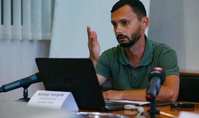 На прес-конференцію редактора Vежі про угруповання Шарія прийшли прихильники проросійського блогера з адвокатом. ФОТО, ВІДЕО