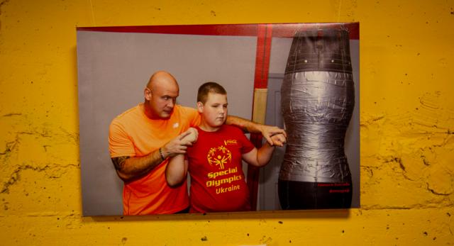 """Діти з особливою силою: у Вінниці відкрилася фотовиставка """"Непереможні чемпіони"""". ФОТОРЕПОРТАЖ"""