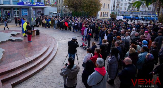 """""""Ми за своїх станемо горою"""": у Вінниці на Віче проти відведення військ вийшло кілька сотень людей. ФОТОРЕПОРТАЖ"""