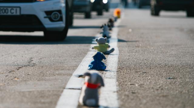 «Цінуй моє життя»: у Вінниці розставили іграшки на дорозі, аби закликати водіїв бути уважними за кермом. ФОТО