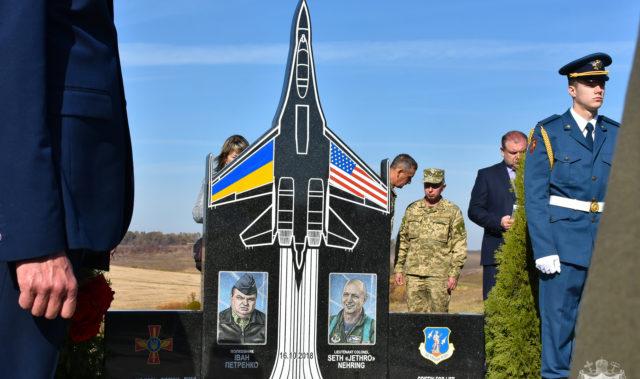 На Вінниччині на місці катастрофи винищувача відкрили меморіал загиблим льотчикам. ФОТО