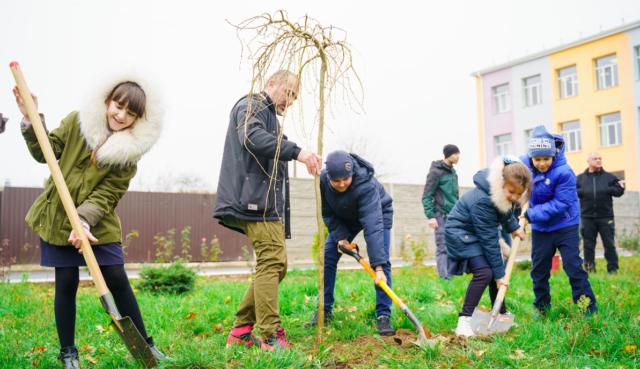 У Вінниці почали висаджувати дерева біля міських шкіл. ФОТО