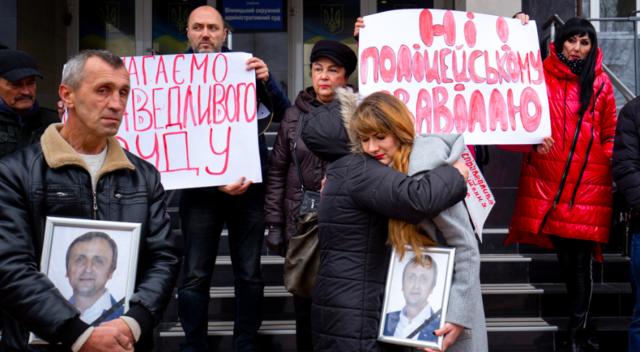 Біля вінницького суду вимагали не поновлювати на службі поліцейського, обвинуваченого у вбивстві активіста. ФОТО