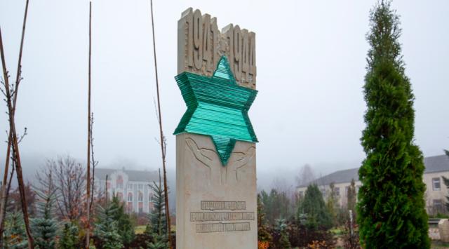 """""""Вони просто робили людяну справу"""": у Вінниці відкрили пам'ятник праведникам народів світу. ФОТО"""