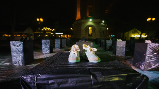 """""""Не мовчи, щоб не стати наступним"""": у Вінниці біля Вежі влаштувати перформанс про домашнє насильство. ФОТО"""