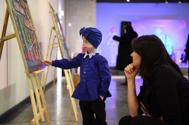 «Казки оживають вночі»: У Києві відбулась перша виставка картин дев'ятирічної вінничанки з рідкісним захворюванням. ФОТО