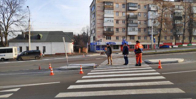 Неподалік Київського мосту встановили острівці безпеки. ФОТО