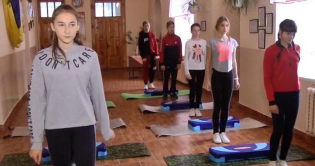На Вінниччині школярі займаються фізкультурою в коридорі через відсутність спортзалу. ВІДЕО